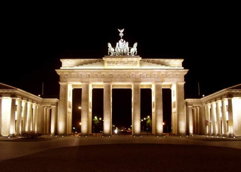 BrandenburgGate_FrontatNight_June_2004